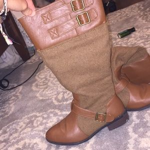 Leather and felt boots with buckle